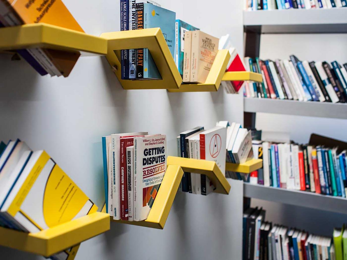 Книжные полки на кухне