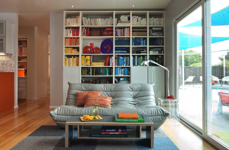 Книги на полках в комнате