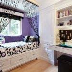 Детская комната для девочки с полками для книг