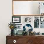 Зеркало и фотографии на стене