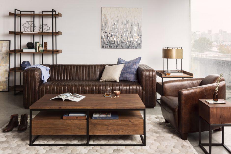 Темно-коричневый диван в светлом интерьере