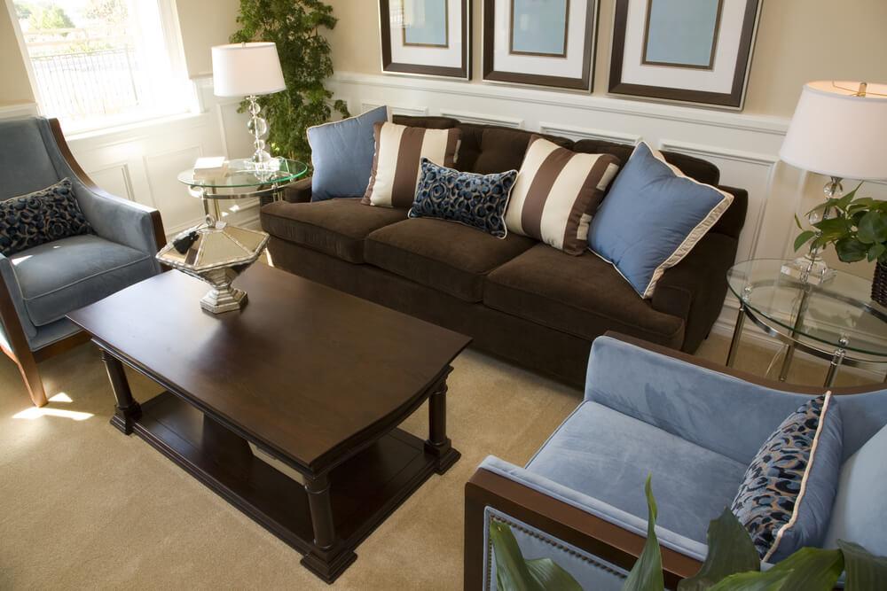 Коричневый диван и синие подушки