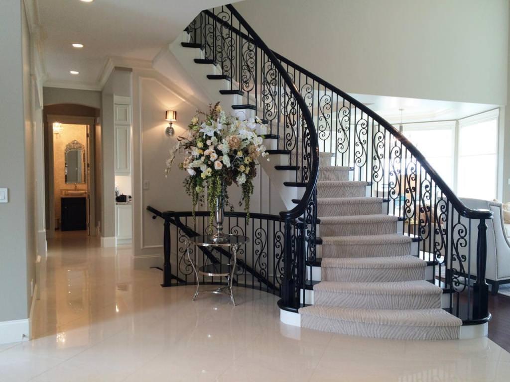 Интерьер с кованной лестницей