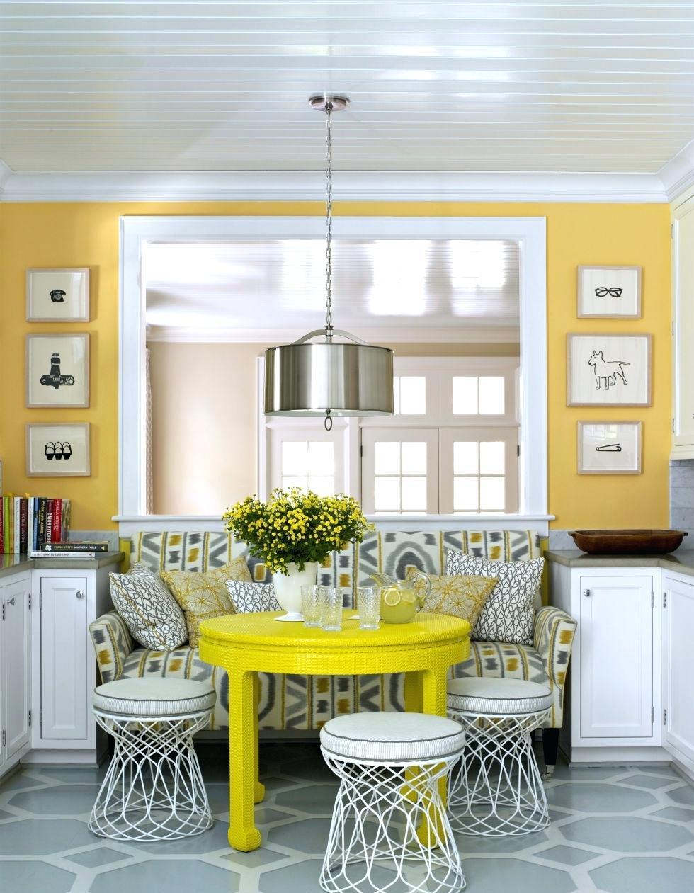 Белые стулья вокруг желтого стола