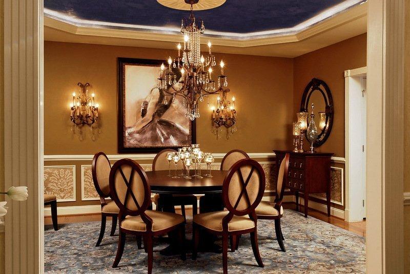 Большой круглый стол в гостиной