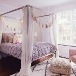 Большая кровать с балдахином в спальне