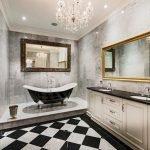 Классическая люстра в ванной