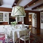 Классический декор кухни с люстрой