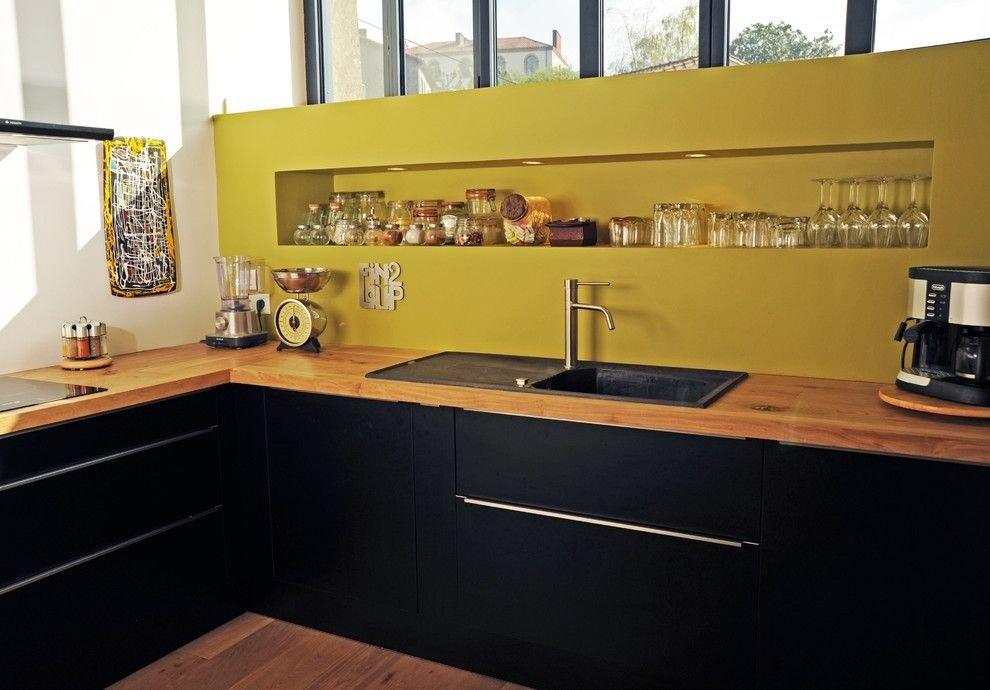 Контраст черной мебели и желтого фартука