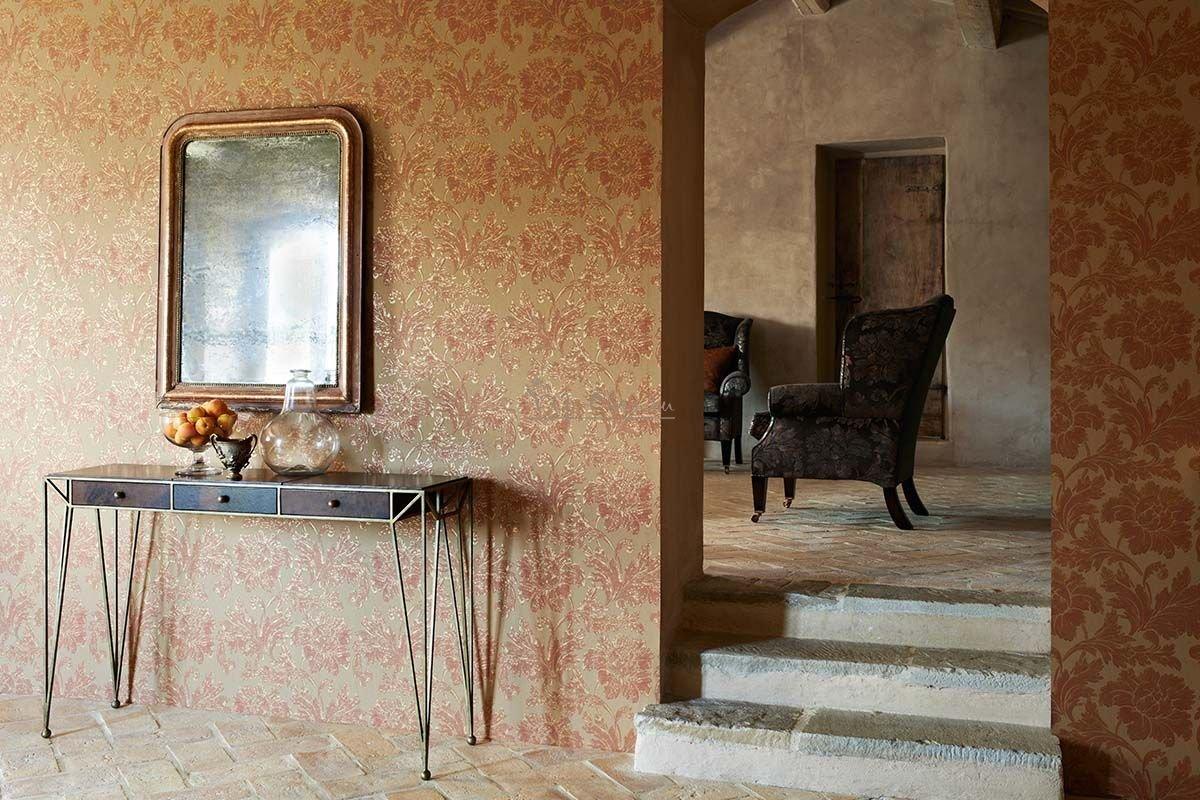 Зеркало на стене над столиком