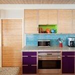 Песочная корпусная мебель в кухне
