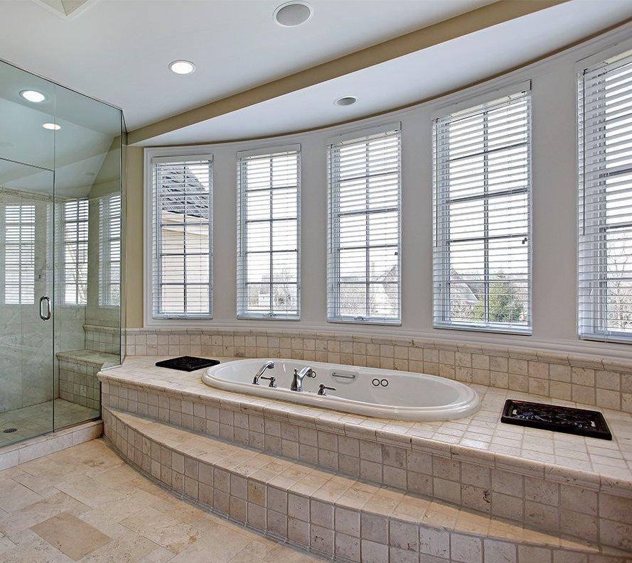 Маскировка коммуникаций при помощи подиума в ванной