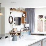 Светло-серые шторы в кухне
