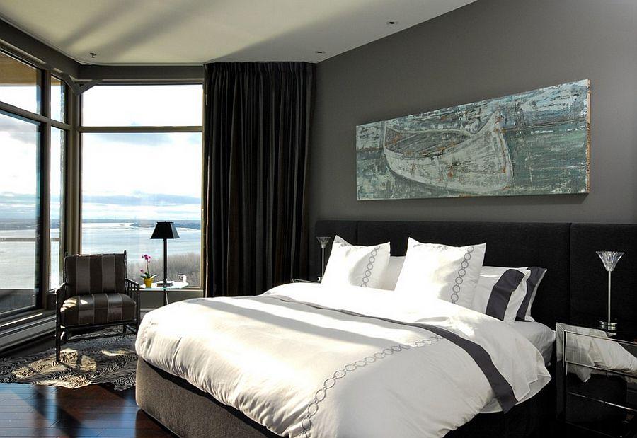Большое окно в спальне с серыми шторами