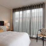 Полупрозрачные шторы в спальне