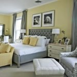 Уютная спальня с серыми шторами