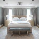 Современная спальня с однотонными серыми шторами