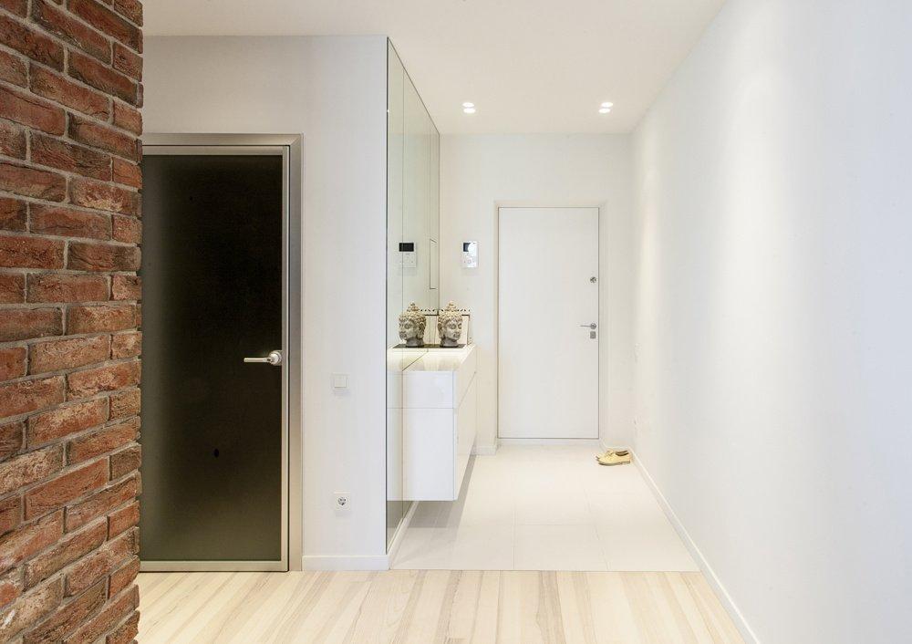 Сочетание напольного покрытия и светлых дверей в интерьере