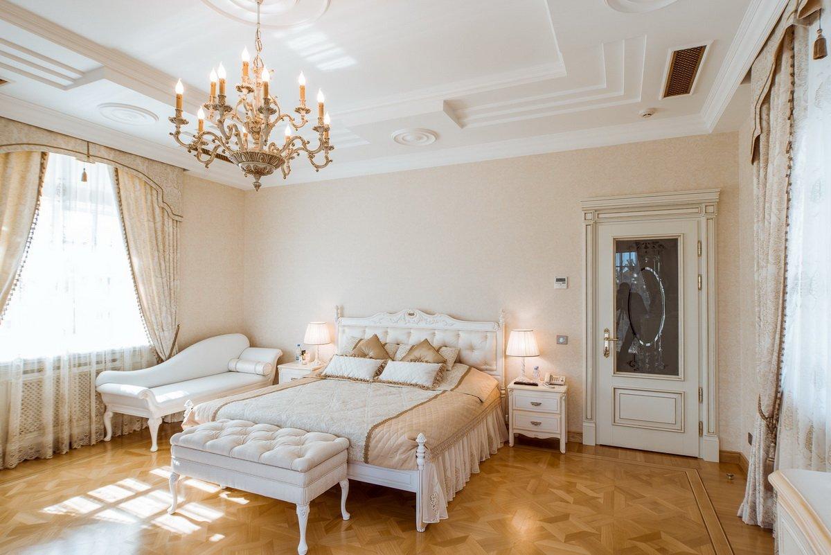 Сочетание светлых дверей с мебелью в интерьере