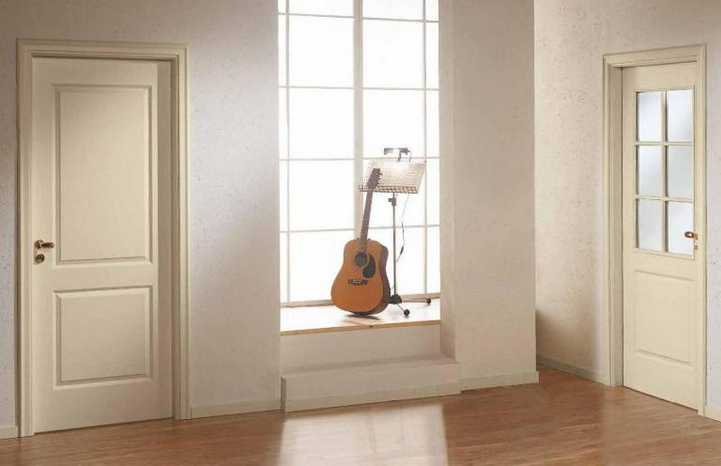 Сочетание светлой двери и окна в интерьере