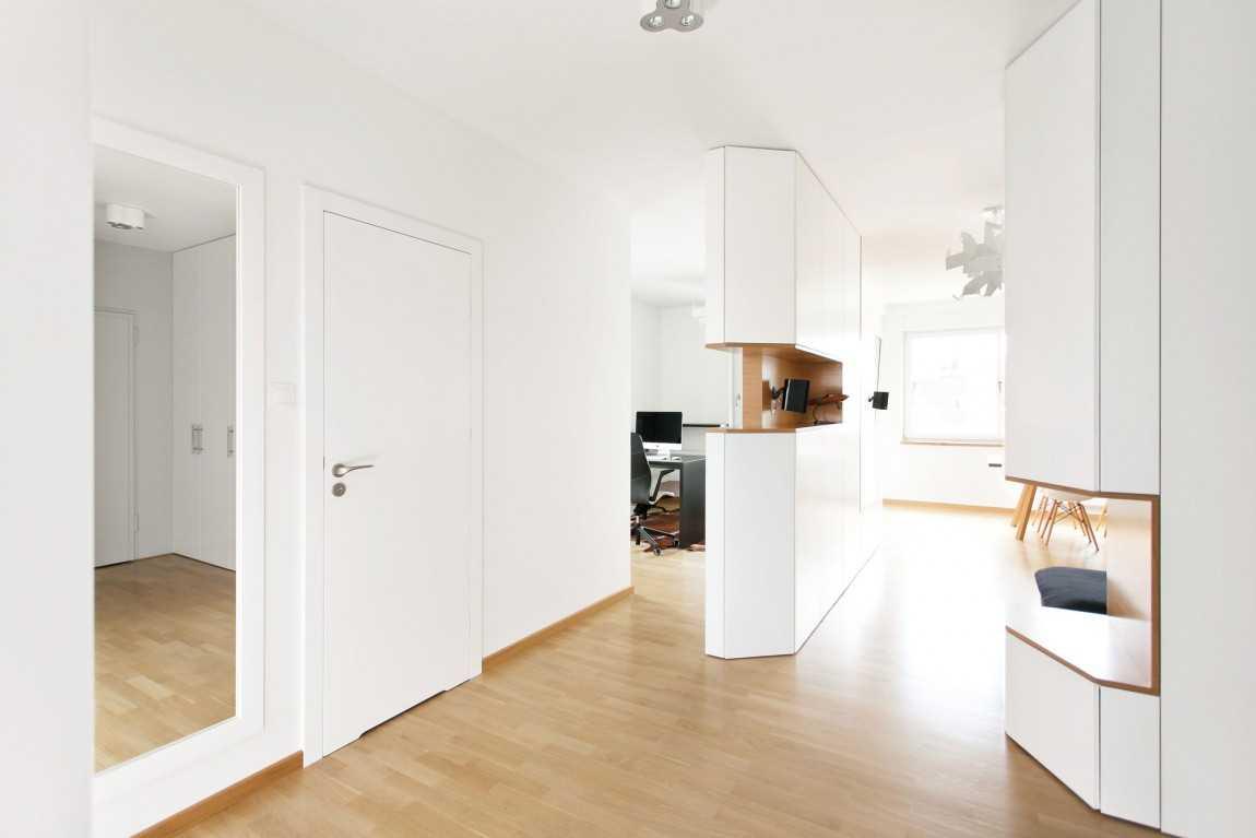 Светлая дверь в интерьере в стиле минимализм