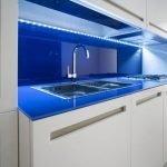 Белая кухонная мебель с синим фартуком