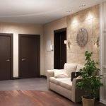 Темно-коричневые двери в прихожей