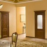 Темно-коричневые двери в квартире