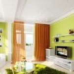 Зеленый коврик в виде травы у дивана