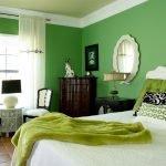 Белое зеркало на зеленой стене в спальне