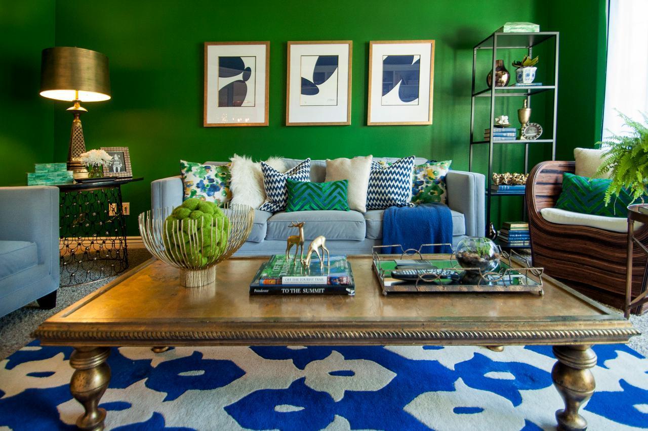 Синий ковер в зеленой гостиной