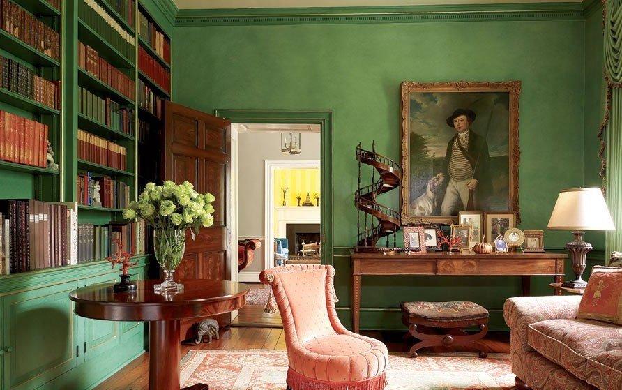 Оформление комнаты с зелеными обоями в классическом стиле