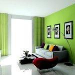 Цветные подушки на светлом диване в гостиной