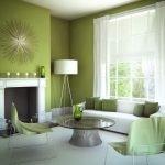 Белый камин в зеленом интерьере