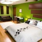 Кожаный диван в спальне