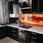 Оранжевый фартук и черная кухня
