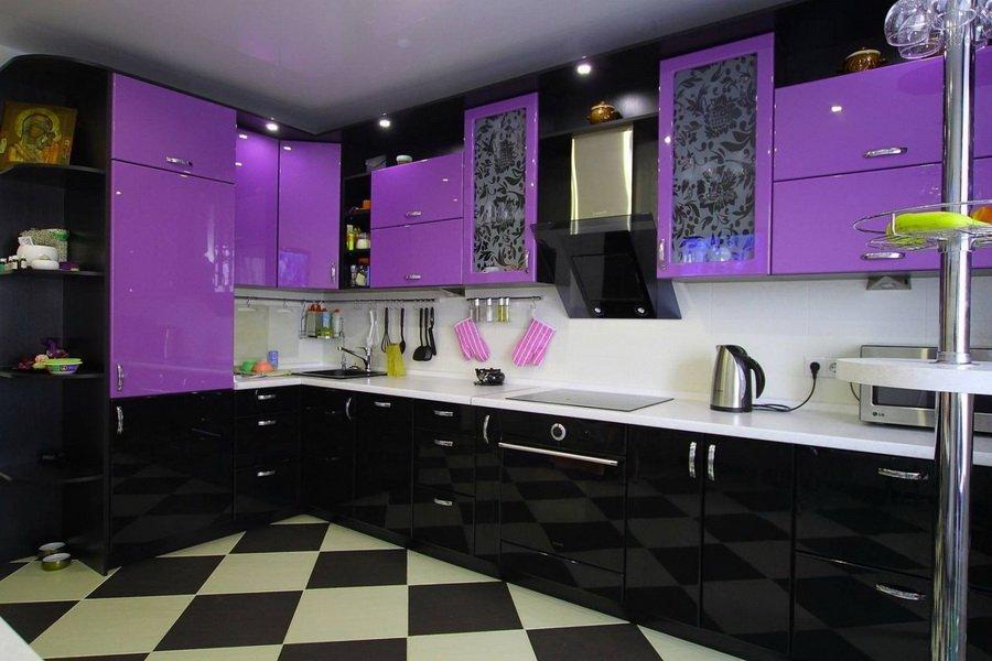 Черно-фиолетовая глянцевая кухня