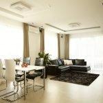 Черная мебель в бежевой гостиной