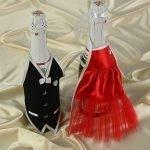 Бутылки в костюмах из лент