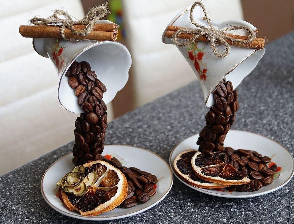 Чашки с кофе, корицей и сушенными апельсинами