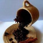 Чашка пролитого кофе из зерен