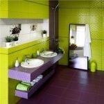 Сочетание сиреневого пола и зеленых стен