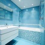 Белая раковина в голубом интерьере