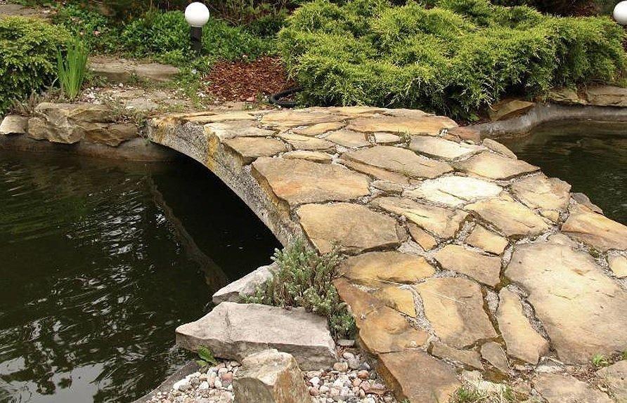 Каменный мостик на участке