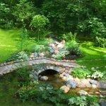 Камни вдоль ручья