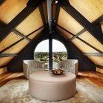 Круглый столик и кресла на чердаке