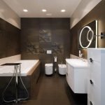 Белый потолок и коричневые стены в ванной