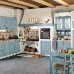 Кухня с голубой мебелью