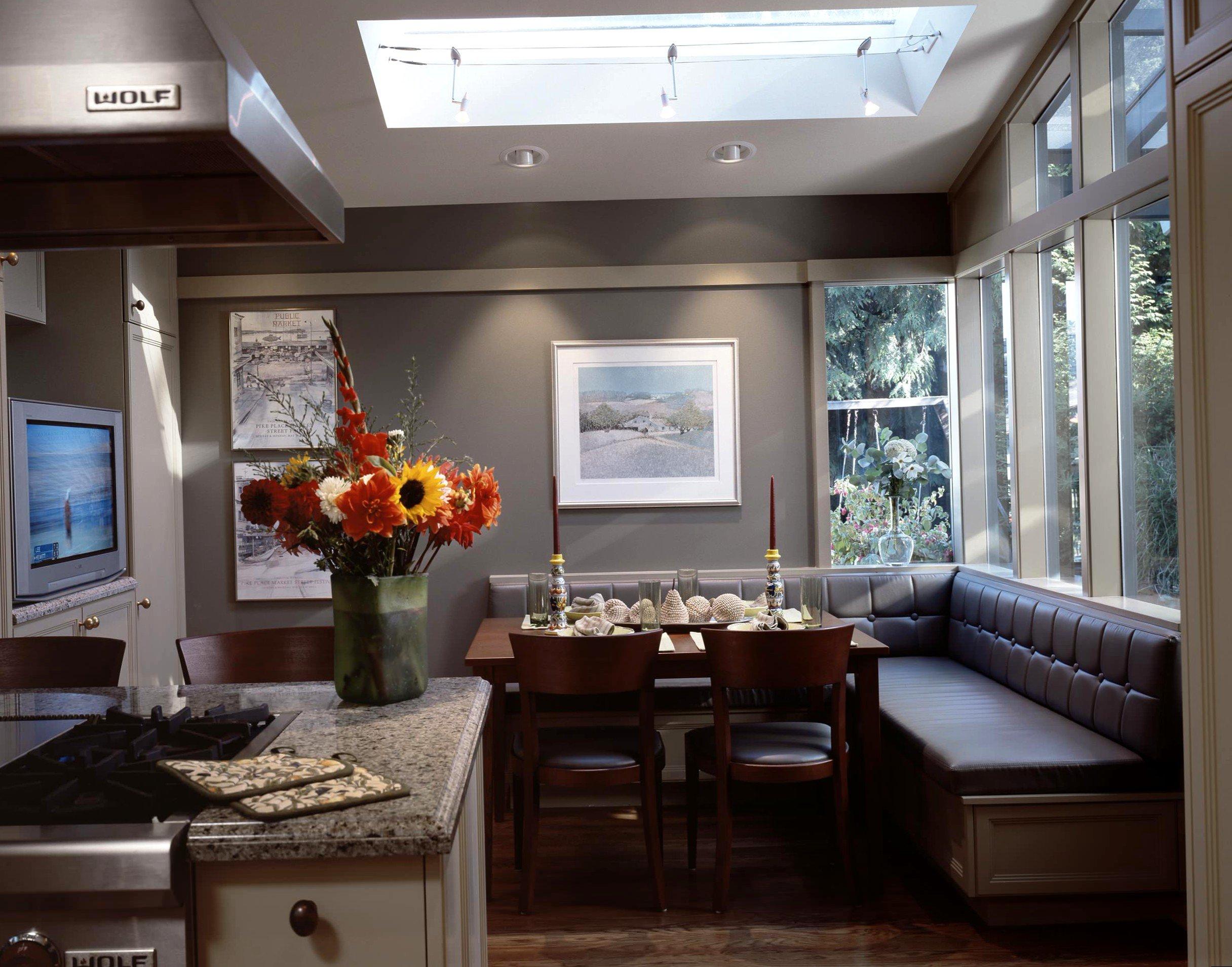 Кухонный уголок с кожаной обивкой в интерьере