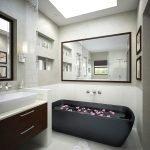 Черная ванна в светлом интерьере